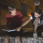 04_Max (Emil Reinke) und Nelly (Zoe Moore) im Geheimversteck